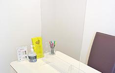 静岡県浜松市でPARTY☆PARTY浜松ラウンジの新型コロナウイルス感染症予防対策各スペースにアクリルパネル設置